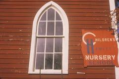 Rött daghemhusfönster, Catskills, NY arkivbilder