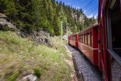 Rött drev av den Bernina banan Arkivfoto