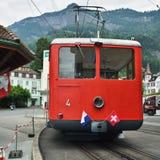 Rött drev på den Vitznau stationen, Lucerne Schweiz royaltyfri fotografi