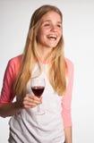 Rött dricka vin för skandinavisk gullig ung flicka Royaltyfria Foton