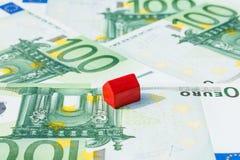 Rött euro för pengar för begreppshusförsäljning Royaltyfri Foto