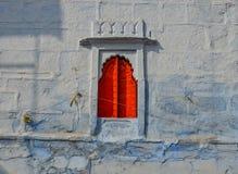 Rött fönster av forntida byggnad royaltyfri fotografi