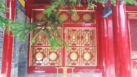 Rött fönster med en stark retro atmosfär fotografering för bildbyråer