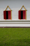 Rött fönster och grönt fält Royaltyfri Fotografi