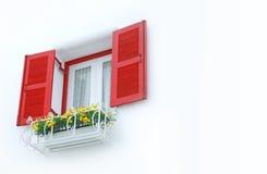 Rött fönster på den vita väggen Royaltyfri Bild