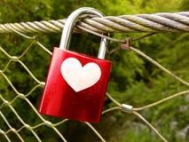 Rött förälskelselås eller hänglås på bron Royaltyfria Foton