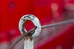 Rött fartyg bakom och rep arkivfoto