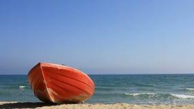 Rött fartyg på stranden stock video