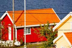 Rött fartyghus nära fjorden Kragero, Portor, Norge Arkivbilder