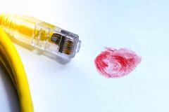 Rött fingeravtryck med nätverkskabel royaltyfria bilder
