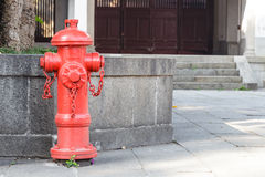 Rött firepluganseende på vandringsledet royaltyfria bilder