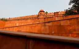 Rött fort i solnedgångljus i New Delhi/Indien royaltyfri bild