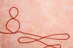 Rött gåvaberömband i för formove för 8 siffra vit bakgrund royaltyfri foto