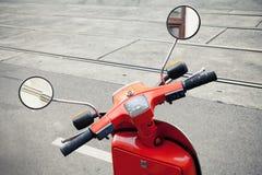 Rött gammalt klassiskt italienskt sparkcykelstyre arkivbild
