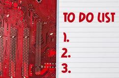 Rött gammalt smutsigt datorströmkretsbräde och att göra listatextbegrepp Arkivbild