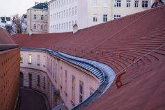 Rött gammalt tak från tegelplattor kritisera Krökt yttersida bakgrund eller texturerar royaltyfri foto