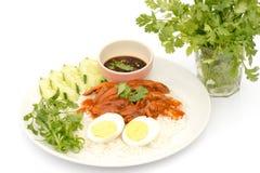 Rött griskött för thailändsk kokkonst över ris med det kokta ägget Royaltyfria Bilder