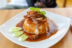 rött griskött i sås med ris Royaltyfri Foto
