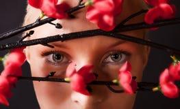 rött hållande ögonen på barn för blonda buskar Arkivbild
