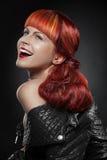 Rött hår bakgrundsmodeflicka över white för ståendeforstudio Royaltyfri Fotografi