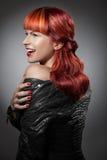 Rött hår bakgrundsmodeflicka över white för ståendeforstudio Fotografering för Bildbyråer