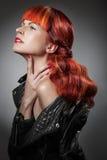 Rött hår bakgrundsmodeflicka över white för ståendeforstudio Royaltyfria Bilder