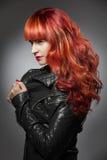 Rött hår bakgrundsmodeflicka över white för ståendeforstudio Arkivbilder