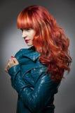 Rött hår bakgrundsmodeflicka över white för ståendeforstudio Royaltyfri Bild
