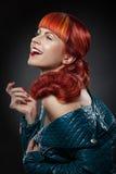 Rött hår bakgrundsmodeflicka över white för ståendeforstudio Arkivfoto