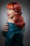 Rött hår bakgrundsmodeflicka över white för ståendeforstudio Royaltyfri Foto