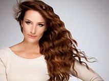 Rött hår. Härlig kvinna med lockigt långt hår arkivbild