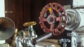 Rött handtag på gammalt maskineri Arkivbild
