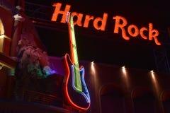 Rött Hard Rock Cafe tecken och färgrik gitarr i Citywalk Universal Studios arkivbilder