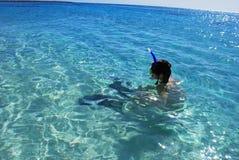 rött hav för flicka som snorkelling Royaltyfria Foton