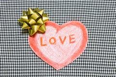 Rött hjärta- och guldband Arkivfoton