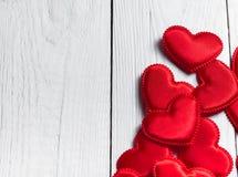 Rött hjärtatyg på en bakgrund av vita bräden Arkivfoton