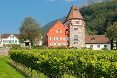 Rött hus i det gammala området av Vaduz Royaltyfria Foton