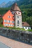 Rött hus i det gammala området av Vaduz, Liechtenstein Fotografering för Bildbyråer