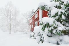 Rött hus i snowfall Royaltyfria Foton
