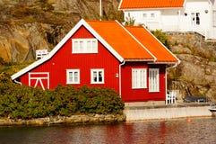 Rött hus nära fjorden Kragero, Portor Royaltyfri Fotografi