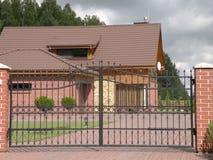 Rött hus och port Arkivbild