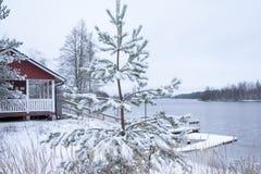 Rött hus på den härliga floden Kymijoki i vinter Kouvola Finland fotografering för bildbyråer