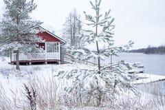 Rött hus på den härliga floden Kymijoki i vinter Kouvola Finland arkivbild