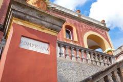 Rött hus Pompeiana i Capri, Italien Royaltyfri Bild