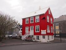 Rött hus Reykjavik Island Arkivfoto