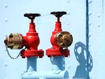 Rött industriellt vattenkranhjul Arkivbilder