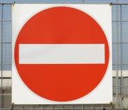 Rött inget tillträdestrafiktecken som isoleras på den industriella lantgården Arkivfoto