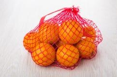 Rött ingrepp med tangerin på tabellen Royaltyfri Foto