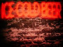 Rött iskallt öl för neontecken Arkivbilder