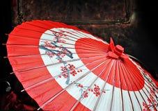 Rött japanskt paraply Arkivbild